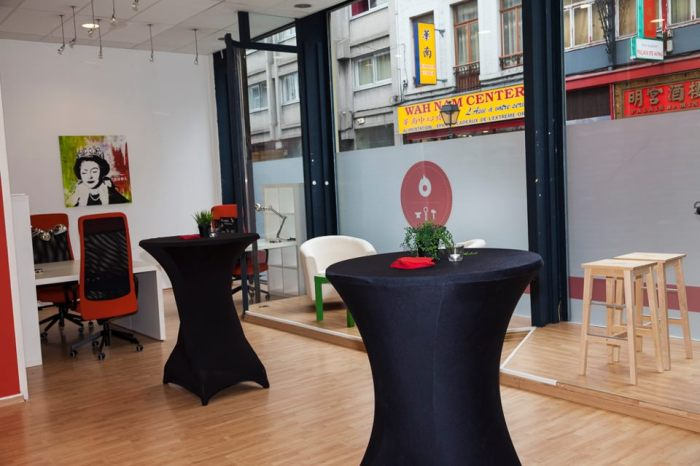 Vue d'un espace de travail et de la vitrine de l'espace de coworking La Forge à Liège