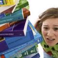 Etudiante paniquée face au volume de matière à étudier