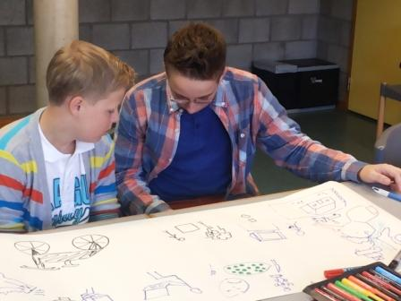 Deux élèves découvrent la puissance de la pensée visuelle pour étudier lors de la formation J'apprends à apprendre