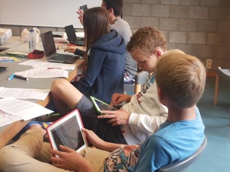 Jeunes étudiants avec des cartes mentales ou mindmaps sur leurs PC et tablettes (Android ou iPad)